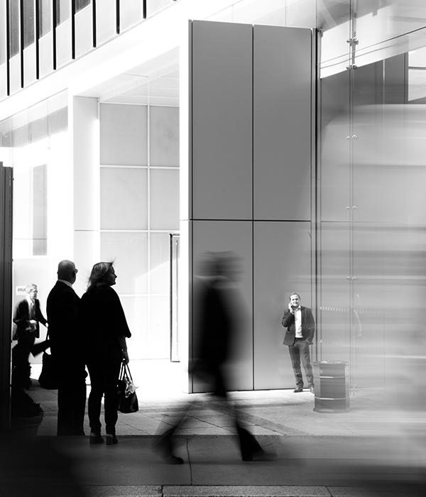 Забързани в делника си бизнесмени пред административна сграда
